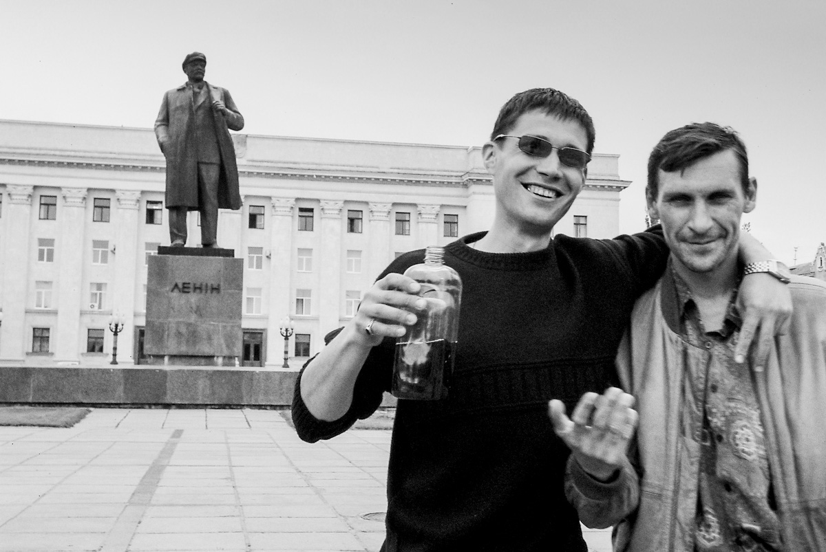 Lenin Statue and photo bombers – Odessa, May 2004